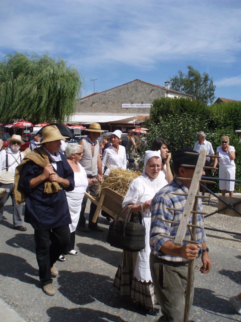 Défilé dans le bourg